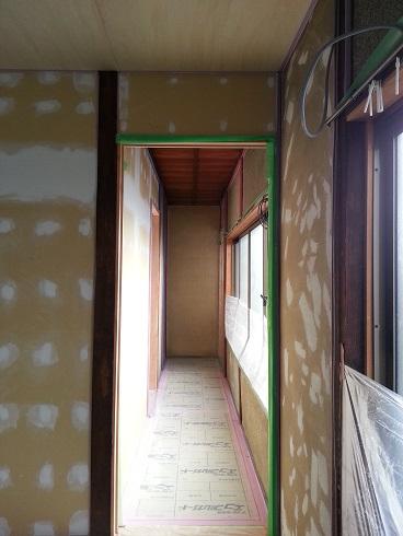 新規壁面のパテ処理