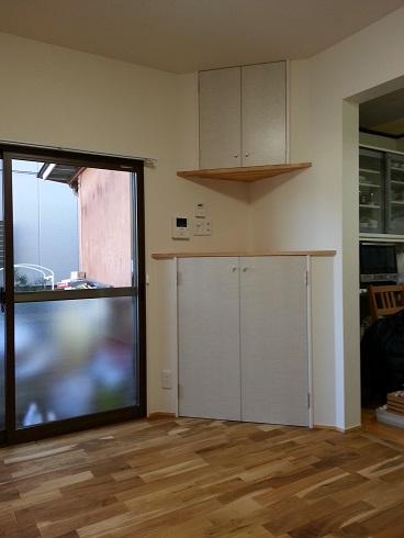 コーナーの物入れの建具と内窓