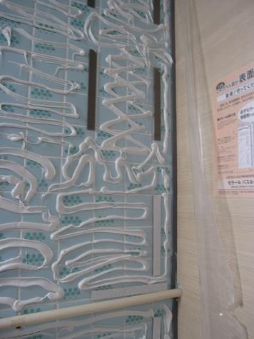 浴室パネル貼り施工中