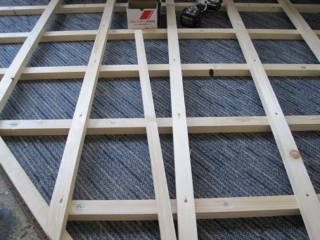 床を高くするために角材を組む