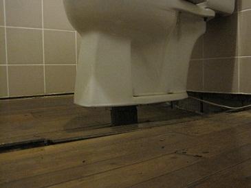 配管が見えているトイレ