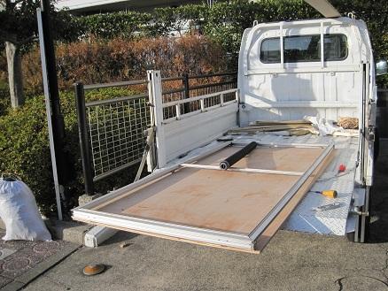 トラックの荷台で張り替え作業