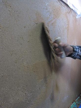 剥離剤を壁に塗る