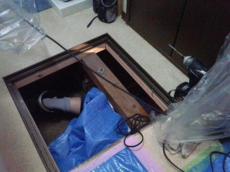 床下に潜る