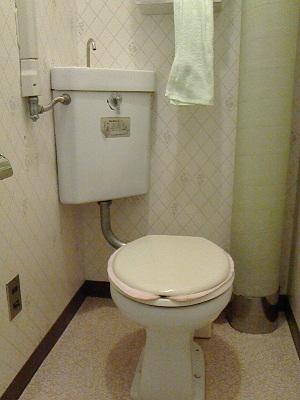 コーナーにタンクがあるトイレ