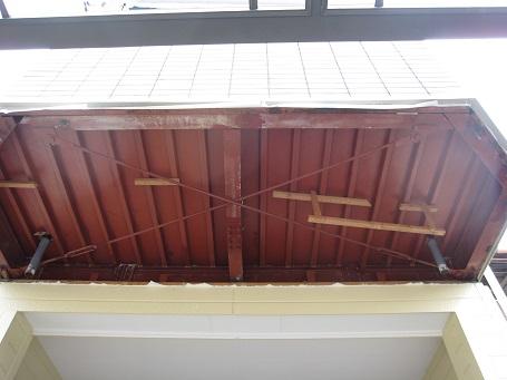 軒裏とベランダの下端の幕板を貼る