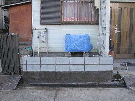 新しいコンクリートブロックを積む
