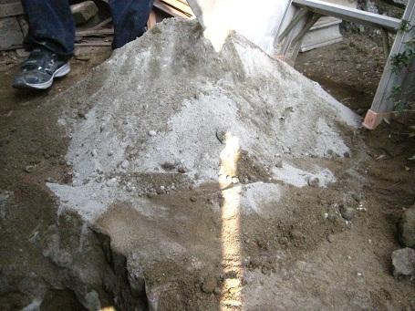 土とセメントを混ぜる
